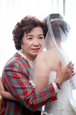 與母親張英姊妹於新娘房相擁