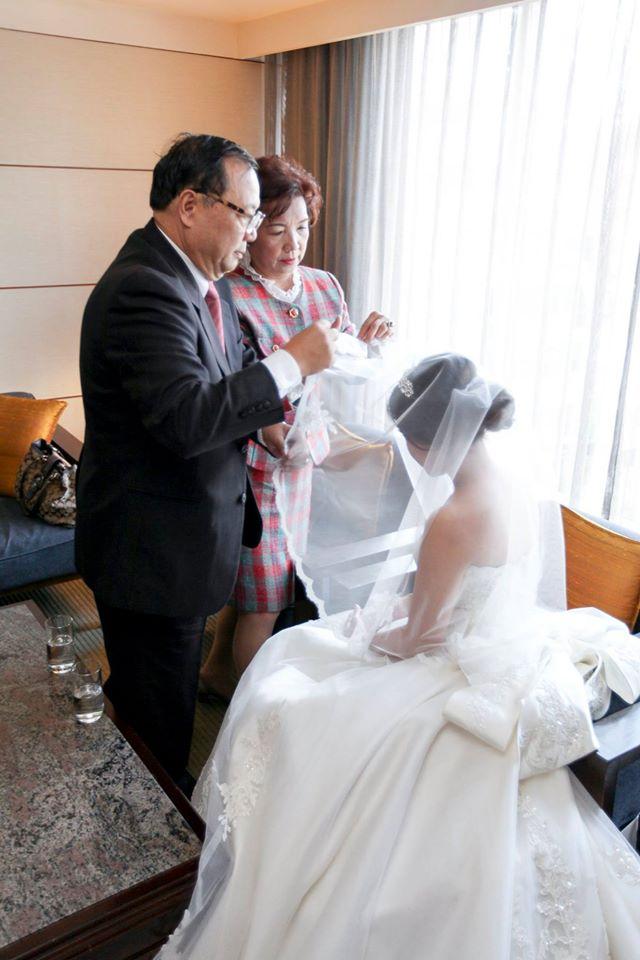 新娘房拜別父母,家如感謝父母養育之恩,並由他們親手蓋上頭紗...