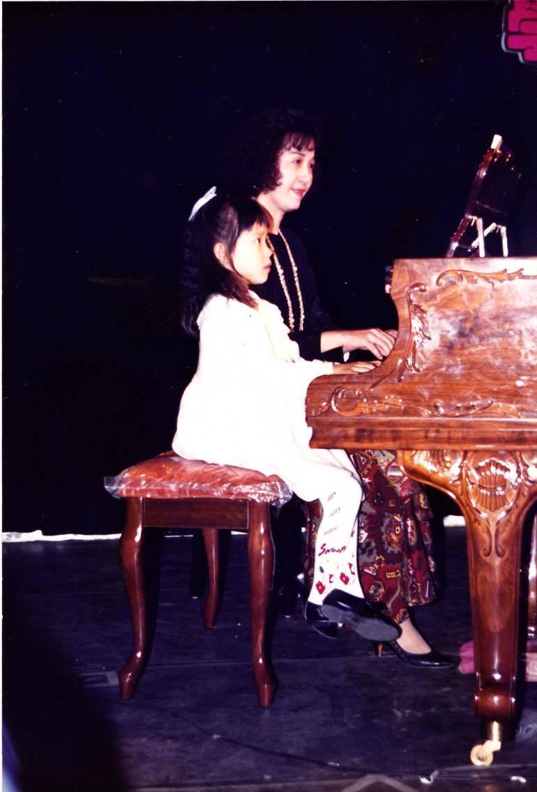 1990 與其母聲樂家朱安美老師合奏