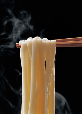 pick-up-steaming-udon-noodles-with-chopstcks