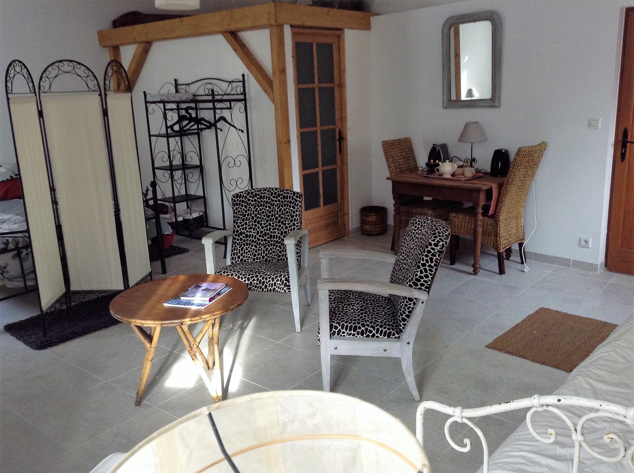Salon Chambre d'Hôtes à Douelle
