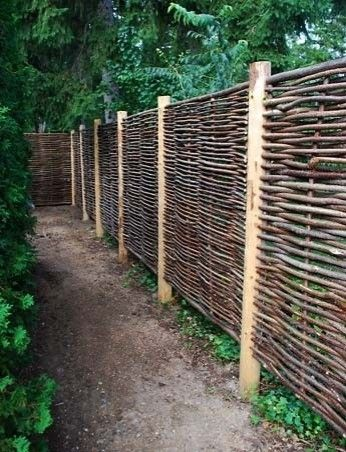 gard cu stalpi de lemn