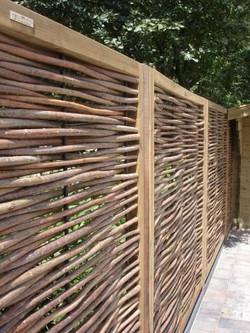 gard din panouri de rachita pe rama de lemn