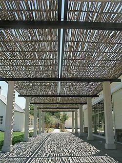 parasolar impletit pe terasa Solage California