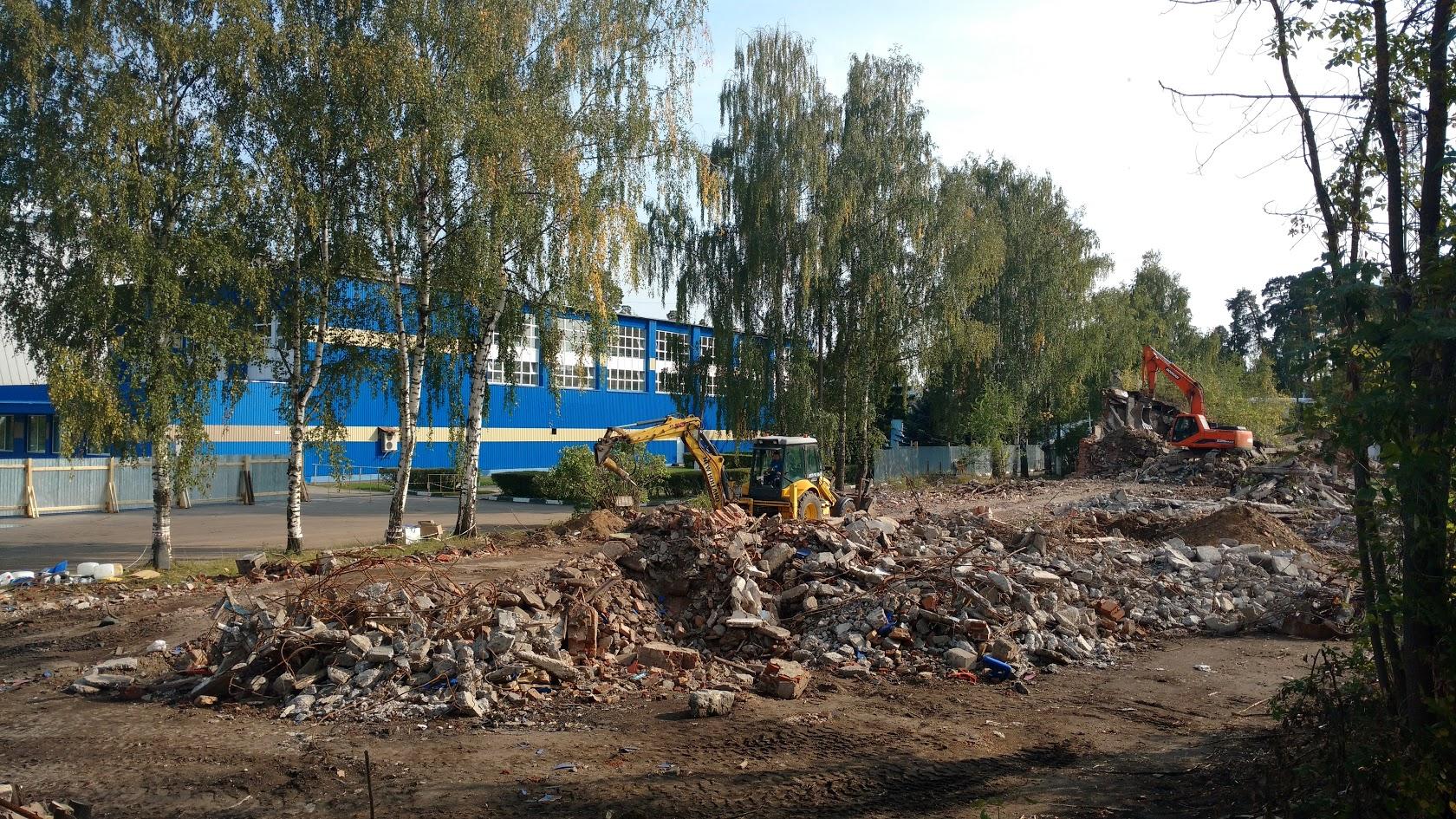Снос построек с расчисткой участка.