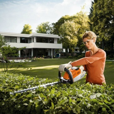 hsa66-cordless-hedge-trimmer-inuse