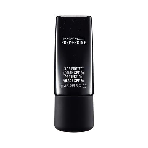 MAC PREP + PRIME FACE PROTECT LOTION SPF 50. Textura fluída para proteger el rostro de la radiación solar y el daño ambiental. Deja la piel pareja y lista para el maquillaje si fuera necesario.