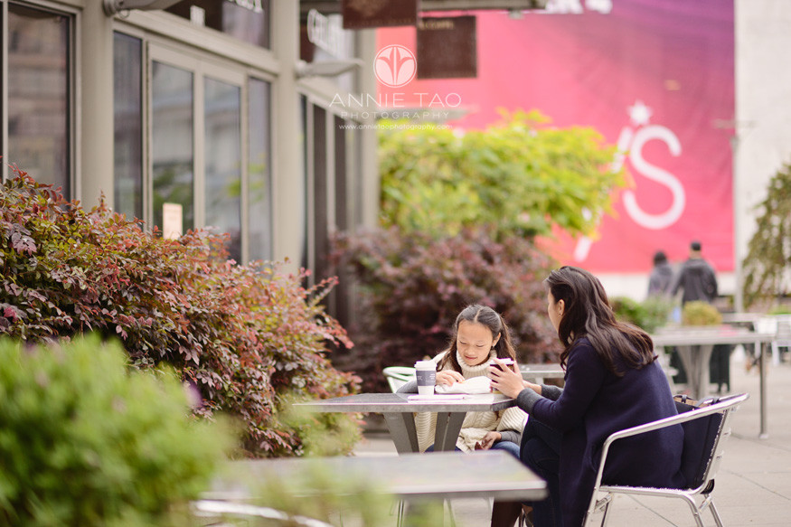 san-francisco-lifestyle-family-photography-mom-and-daughter-having-breakfast-downtown