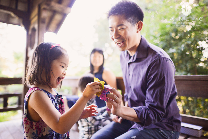 east-bay-lifestyle-family-photography-father-and-daughter-playing-origami-chompers