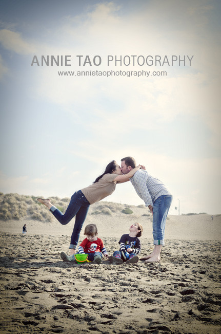 San-Francisco-urban-family-photography-parents-kiss-while-boys-are-playing