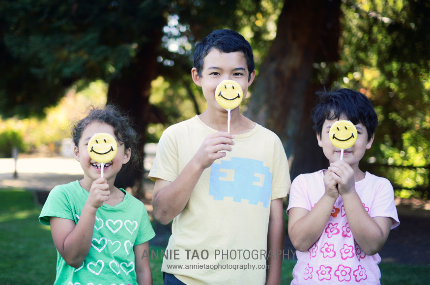 Palo-Alto-lifestyle-family-photography-three-kids-with-happy-face-lollipops