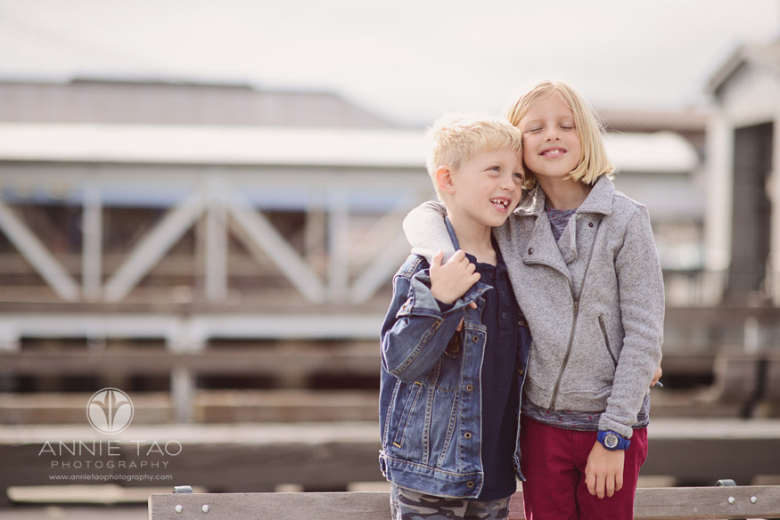 San-Francisco-lifestyle-children-photography-brother-and-sister-hugging-downtown