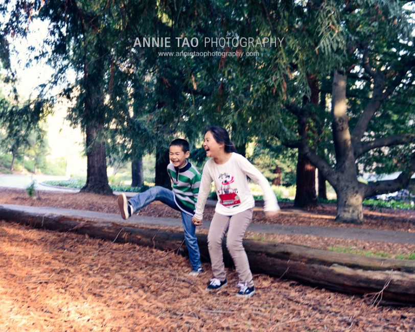 East-Bay-lifestyle-family-photography-Siblings-holding-hands-and-jumping-off-log