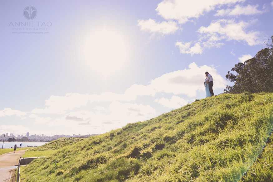 San-Francisco-lifestyle-maternity-photography-couple-looking-at-view-of-bay