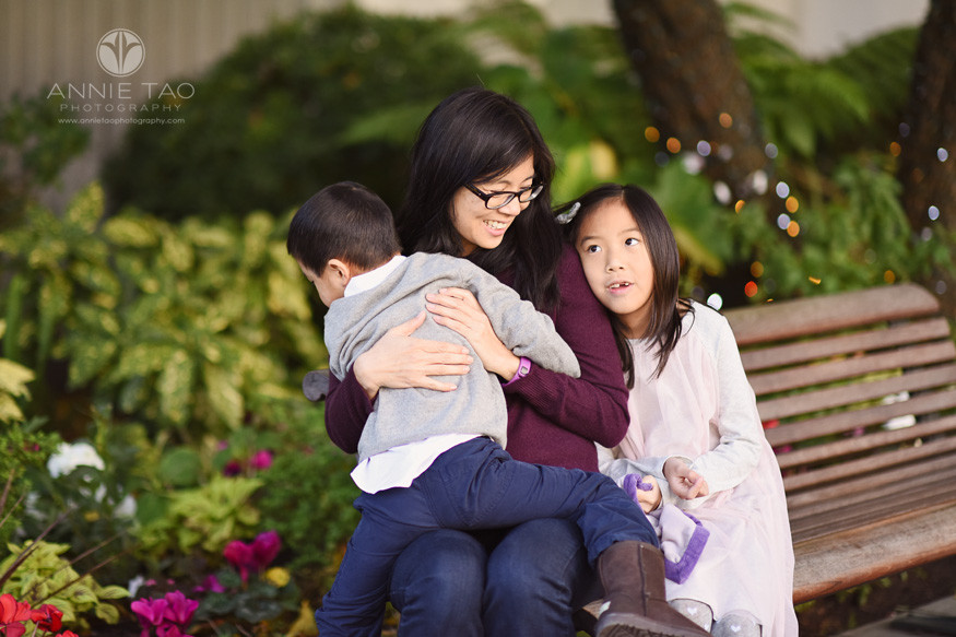 San-Francisco-lifestyle-family-photography-woman-sitting-on-park-bench-with-her-children