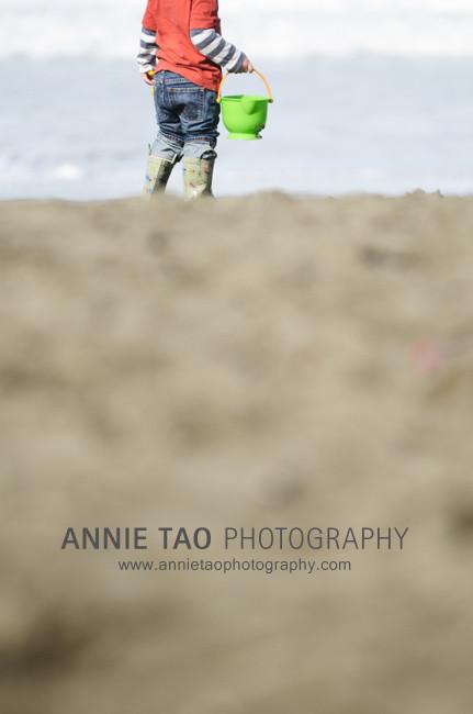 San-Francisco-urban-family-photography-preschooler-boy-with-bucket-at-the-beach
