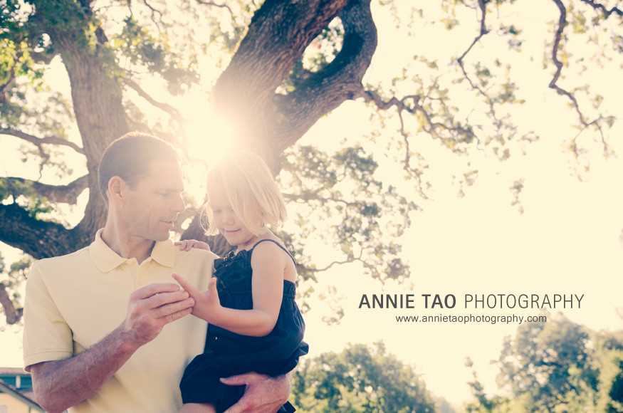 East-Bay-Family-Photography-father-looking-at-daughters-hurt-hand