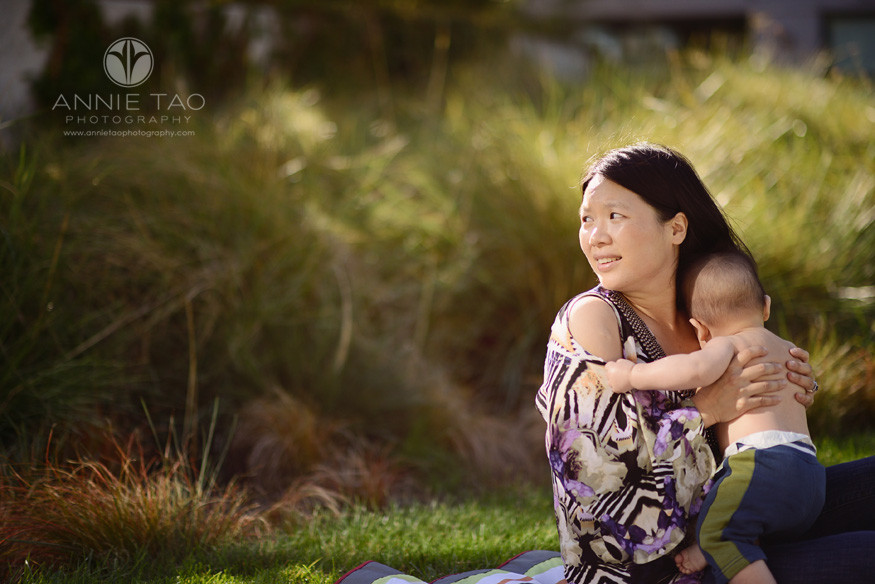 San-Francisco-lifestyle-family-baby-photography-mother-holding-her-baby-and-looking-behind