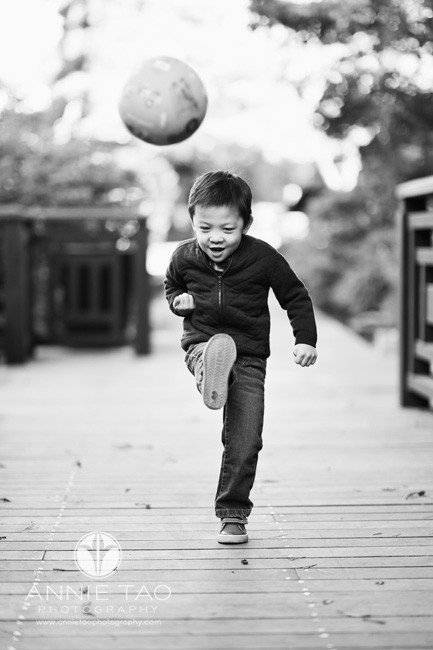 East-Bay-lifestyle-children-photography-preschooler-boy-kicking-ball-BxW