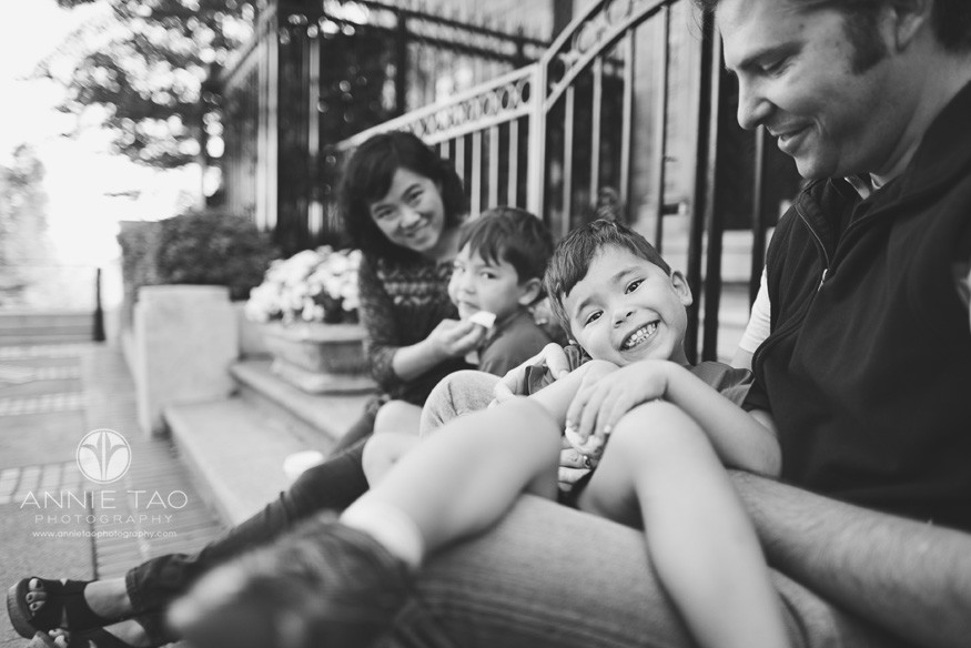San-Francisco-Bay-Area-lifestyle-family-photography-family-hanging-out-BxW