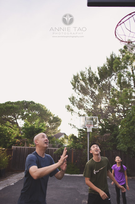 San-Francisco-Bay-Area-lifestyle-family-photography-father-and-kids-playing-basketball-2