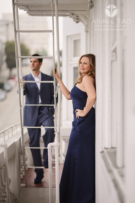 San-Francisco-couple-styled-photography-man-and-woman-on-a-fire-escape-vertical