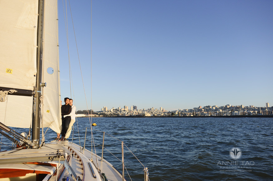 san-francisco-lifestyle-photography-couple-enjoying-the-cityview-on-a-sailboat
