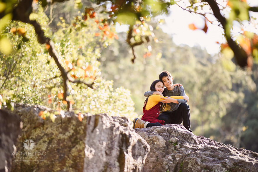 east-bay-berkeley-lifestyle-children-photography-girl-and-boy-siblings-hugging-on-cliff