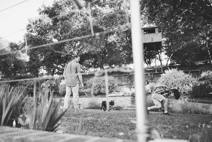 South-Bay-lifestyle-family-photography-family-playing-badminton-in-backyard-BxW