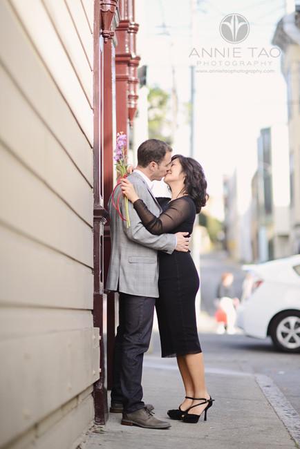 San-Francisco-lifestyle-engagement-photography-couple-kissing-on-sidewalk
