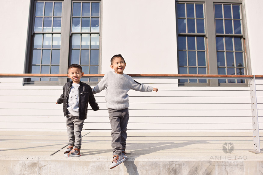 San-Francisco-lifestyle-children-photography-brothers-standing-at-railing
