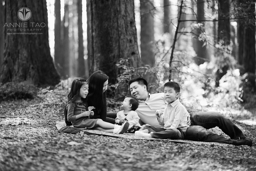 East-Bay-lifestyle-family-photography-family-having-picnic-in-redwood-forest-BxW