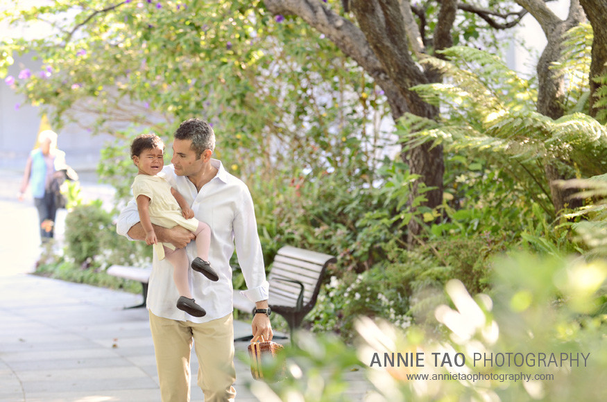 San-Francisco-lifestyle-family-photography-dad-walking-with-crying-toddler