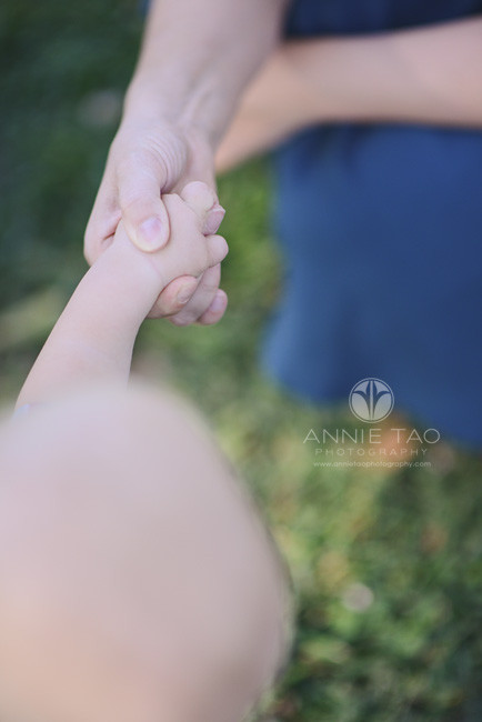 East-Bay-lifestyle-baby-photography-baby-hand-gripping-moms-finger