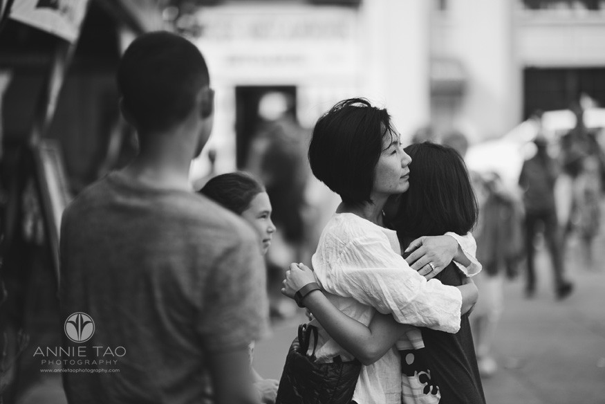 San-Francisco-lifestyle-family-photography-mother-and-daughter-hugging-in-city-BxW