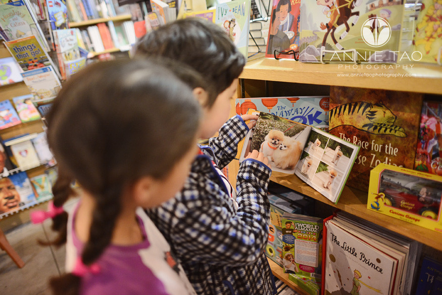 San-Francisco-lifestyle-children-photography-sisters-browsing-in-a-bookstore