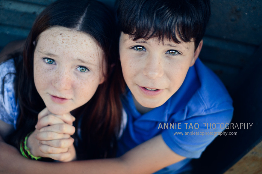 East-Bay-lifestyle-children-photography-siblings-sitting-between-boats