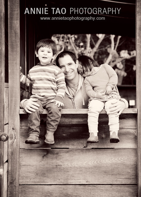 East-Bay-Lifestyle-Family-Photography-father-and-kids-behind-wall-BxW