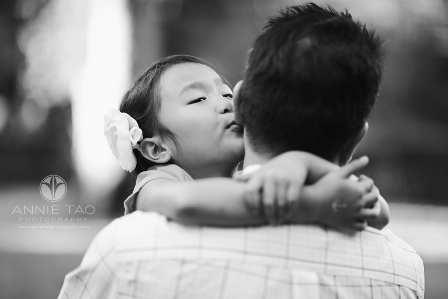 San-Francisco-Bay-Area-Peninsula-lifestyle-family-photography-girl-kissing-her-dads-ear-BxW