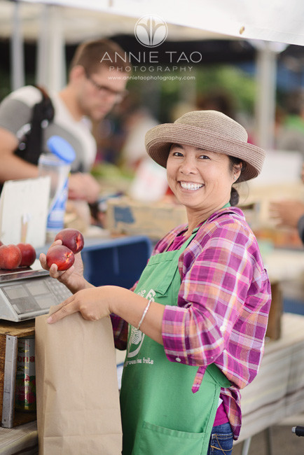 East-Bay-Commercial-Photography-farmer-bagging-fruit-at-Berkeley-farmers-market