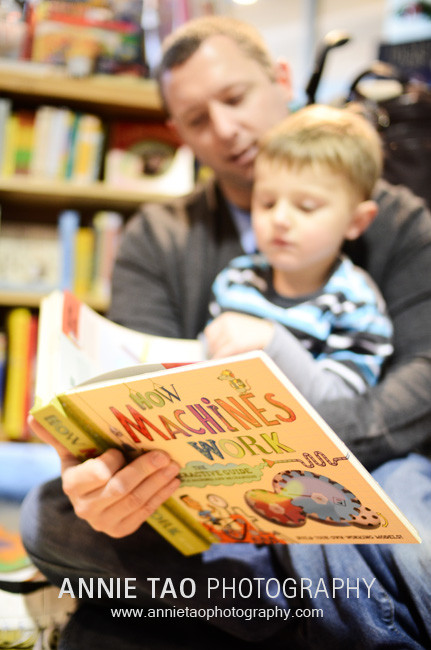 San-Francisco-Bay-Area-family-photography-dad-reading-book-to-son-at-bookstore