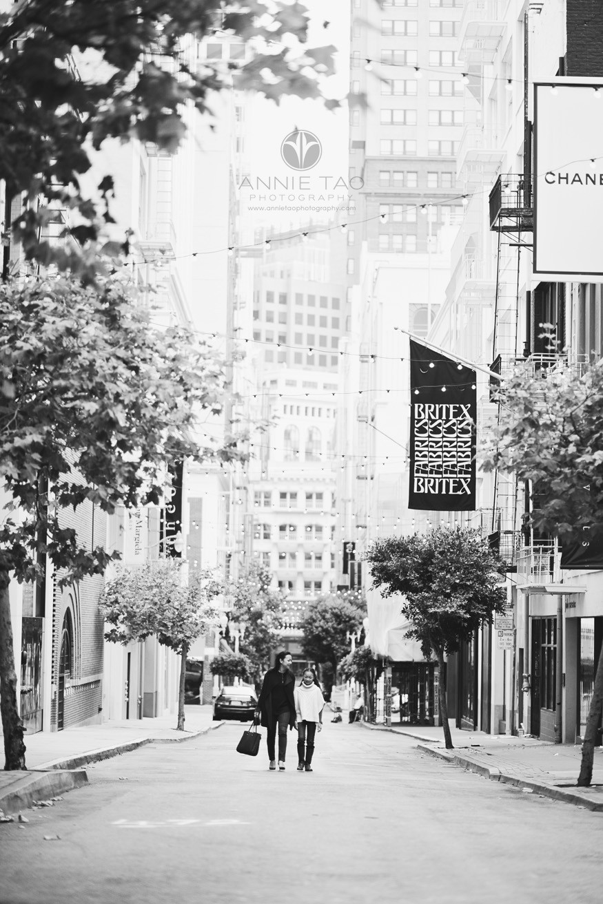 san-francisco-lifestyle-family-photography-mom-and-daughter-window-shopping-union-square-bxw