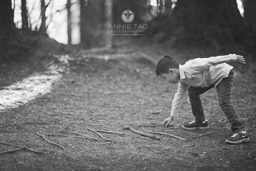 East-Bay-lifestyle-children-photography-boy-spelling-name-with-sticks-in-forest-BxW