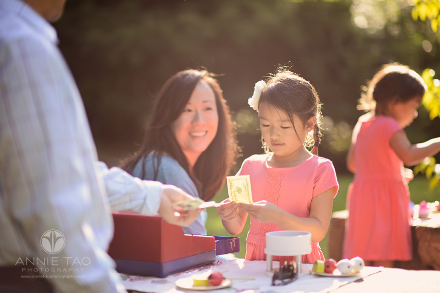 San-Francisco-Bay-Area-Peninsula-lifestyle-family-photography-father-paying-for-food-at-daughters-toy-register