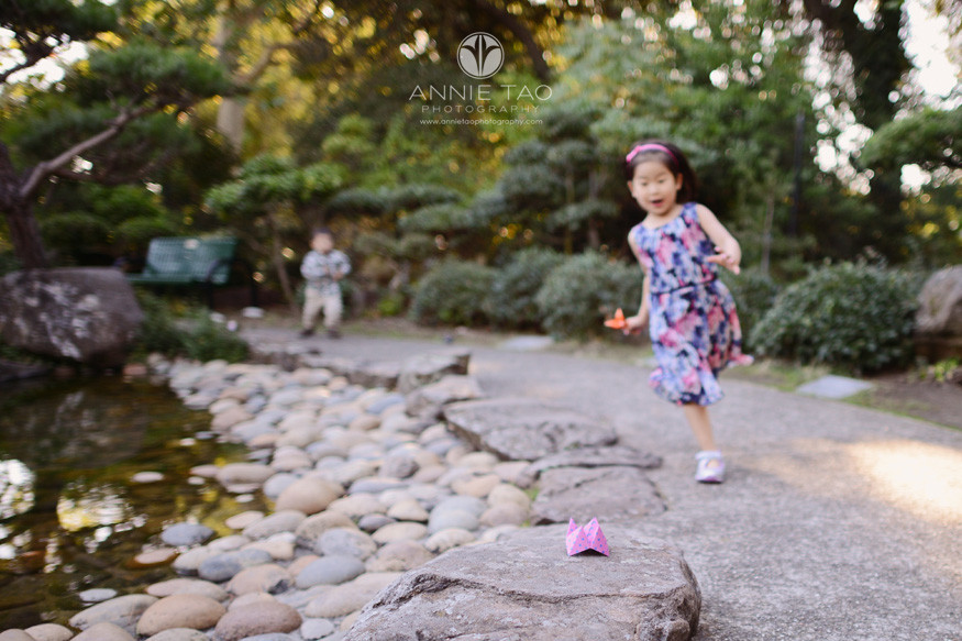 east-bay-lifestyle-children-photography-young-girl-running-to-get-origami