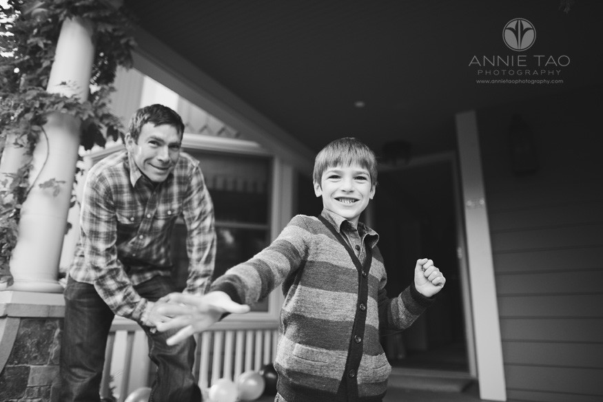 Bay-Area-Palo-Alto-lifestyle-family-photography-father-and-son-releasing-balloon-BxW