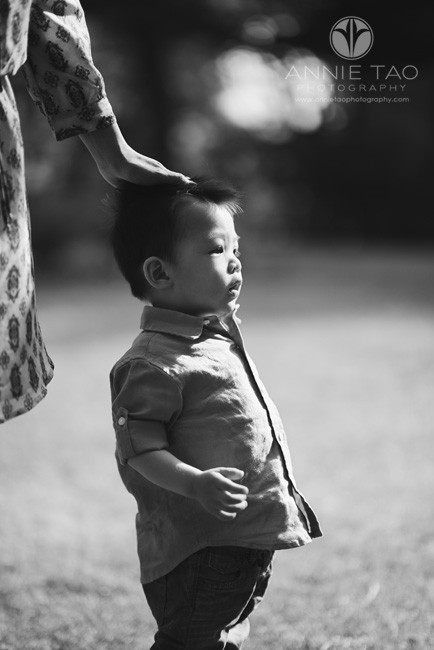 South-Bay-lifestyle-children-photography-toddler-looking-on-with-moms-hand-on-head-BxW