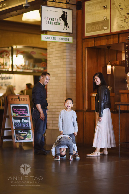 San-Francisco-lifestyle-family-photography-picking-up-drinks-at-ferry-building