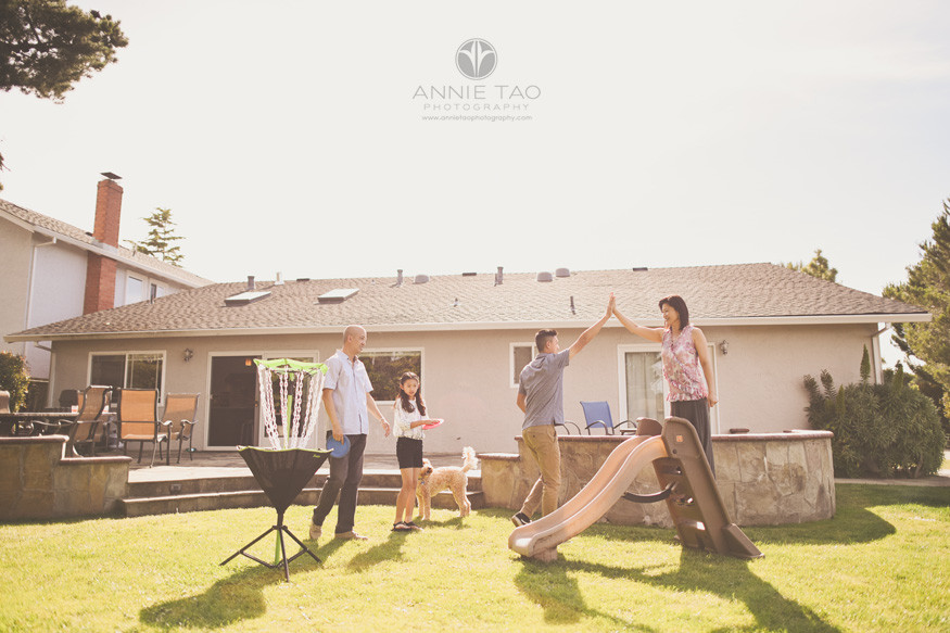 San-Francisco-Bay-Area-lifestyle-family-photography-playing-frisbee-game-in-backyard