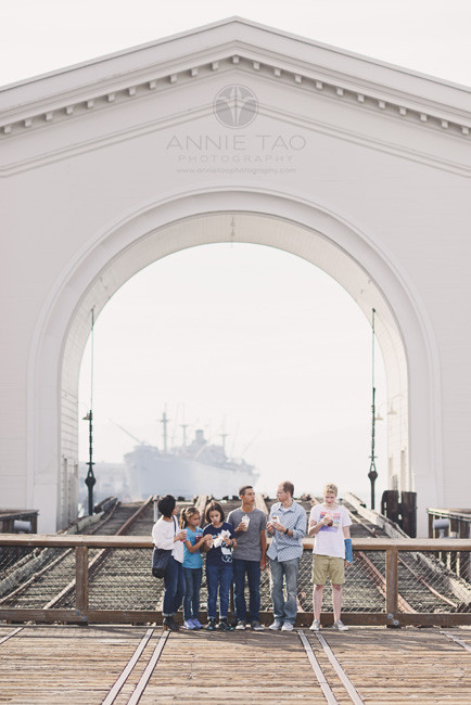 San-Francisco-lifestyle-family-photography-family-eating-a-snack-by-pier